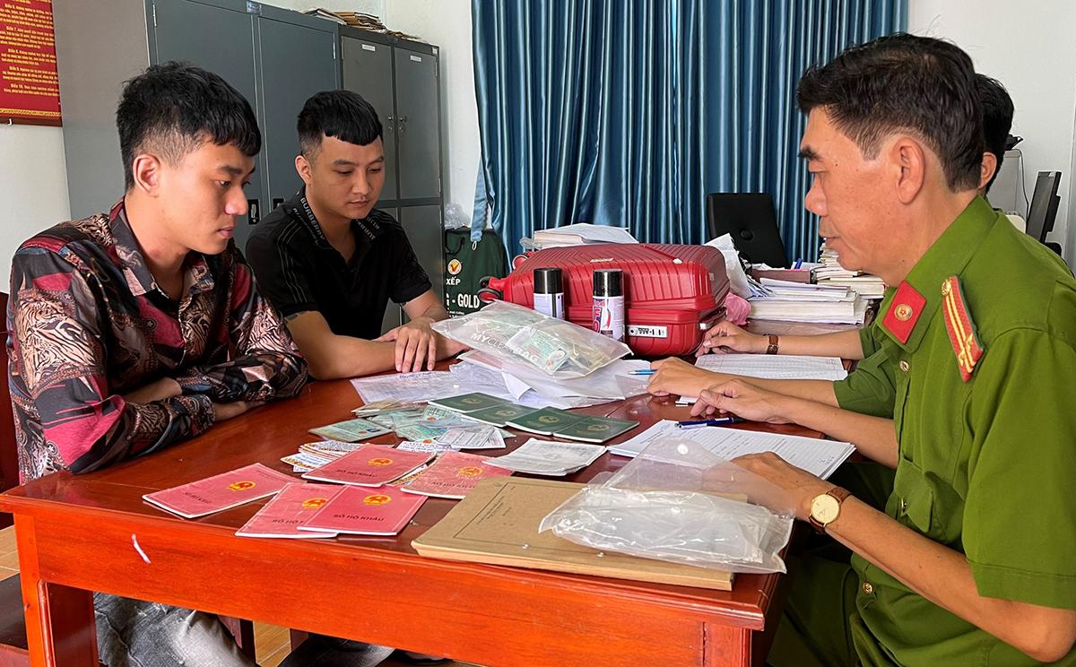 Cơ quan điều tra làm việc với Dương (áo đen) và Cường. Ảnh: Tiến Dũng