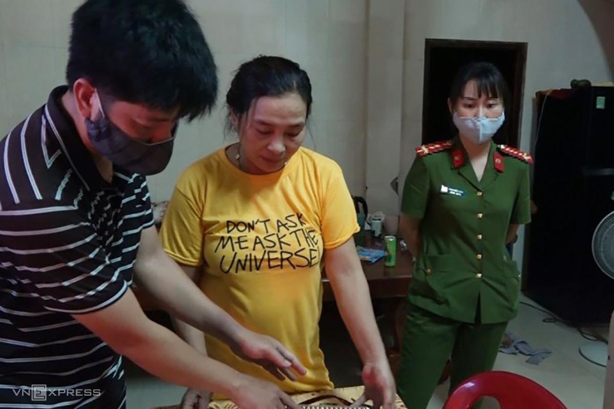 Bà Hà (áo vàng) bị bắt quả tang tổ chức bán dâm tại nhà riêng. Ảnh: Trần Tuấn