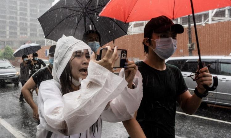 Người dân Myanmar đội mưa biểu tình chống đảo chính ở Yangon hôm 30/4. Ảnh: AFP.