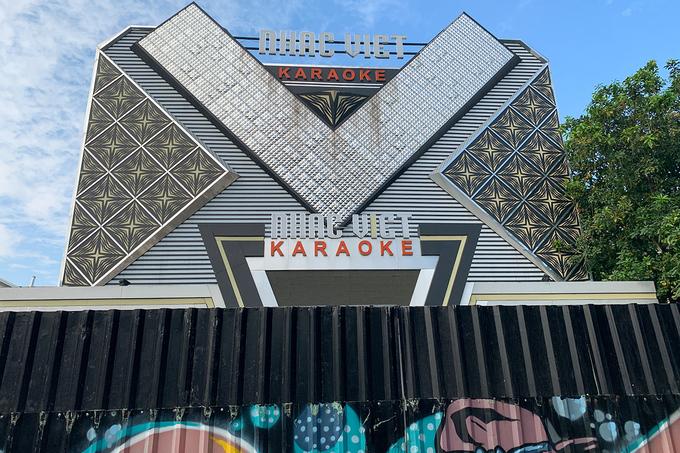 Một quán karaoke đóng cửa hôm 9/2 để phòng dịch. Ảnh: Quỳnh Trần.