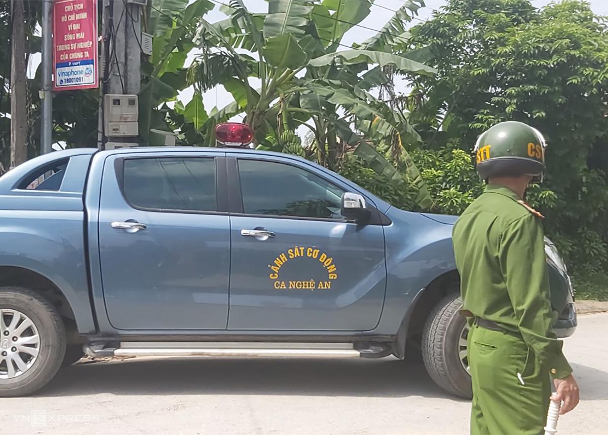 Xe chở nghi phạm rời hiện trường. Ảnh: Nguyễn Hải