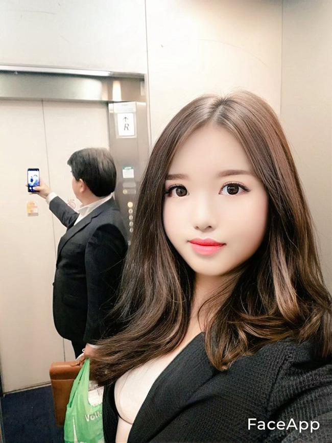 Chụp ảnh selfie tại một cửa thang máy.