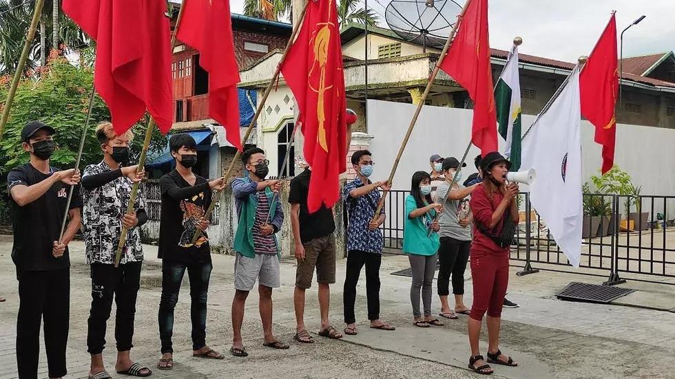Một cuộc biểu tình chớp nhoáng ở Yangon hôm nay. Ảnh: AFP
