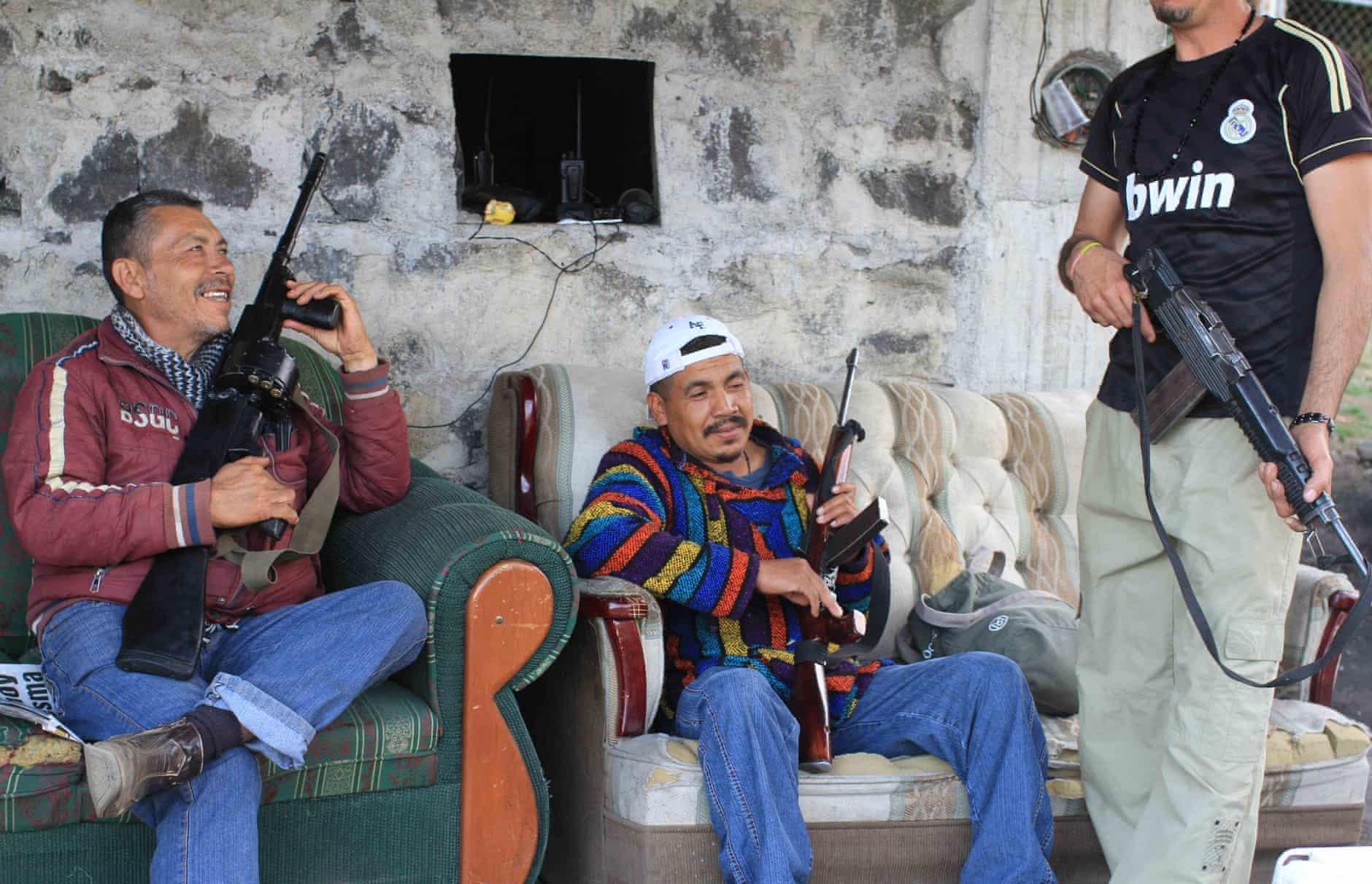 Những tay súng địa phương thuộc  CUSEPT ngồi nghỉ ngơi tại trạm kiểm soát. Ảnh: The Guardian