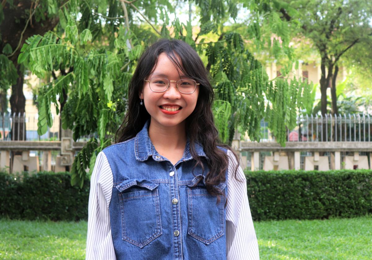 Hoàng Mai Uyên tại Thư viện Khoa học Tổng hợp TP HCM. Ảnh: Diệu Uy.