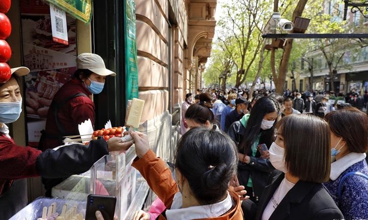 Người dân vui chơi kỳ nghỉ lễ tại thành phố Cáp Nhĩ Tân, tỉnh Hắc Long Giang, đông bắc Trung Quốc hôm nay. Ảnh: Global Times.