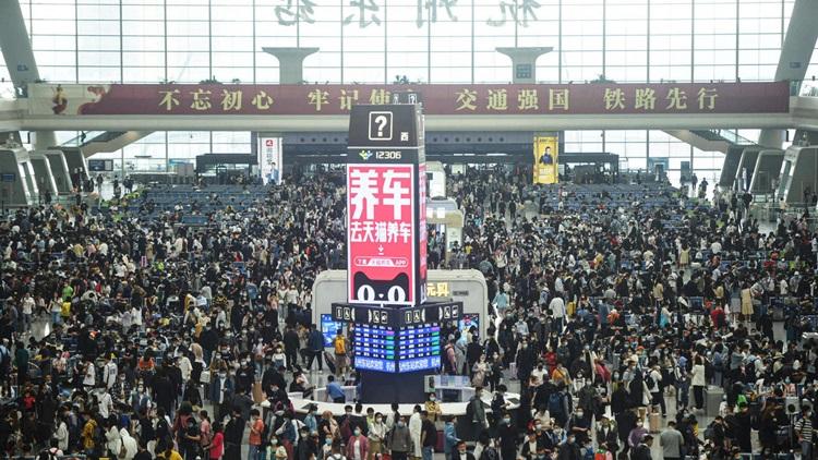 Hành khách đông nghịt tại một ga tàu ở thành phố Hàng Châu, tỉnh Chiết Giang, phía đông Trung Quốc hôm 30/4. Ảnh: AFP.