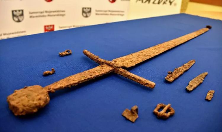 Thanh kiếm hơn 600 năm tuổi cùng một số phụ kiện được tìm thấy ở Ba Lan. Ảnh: MOWM.