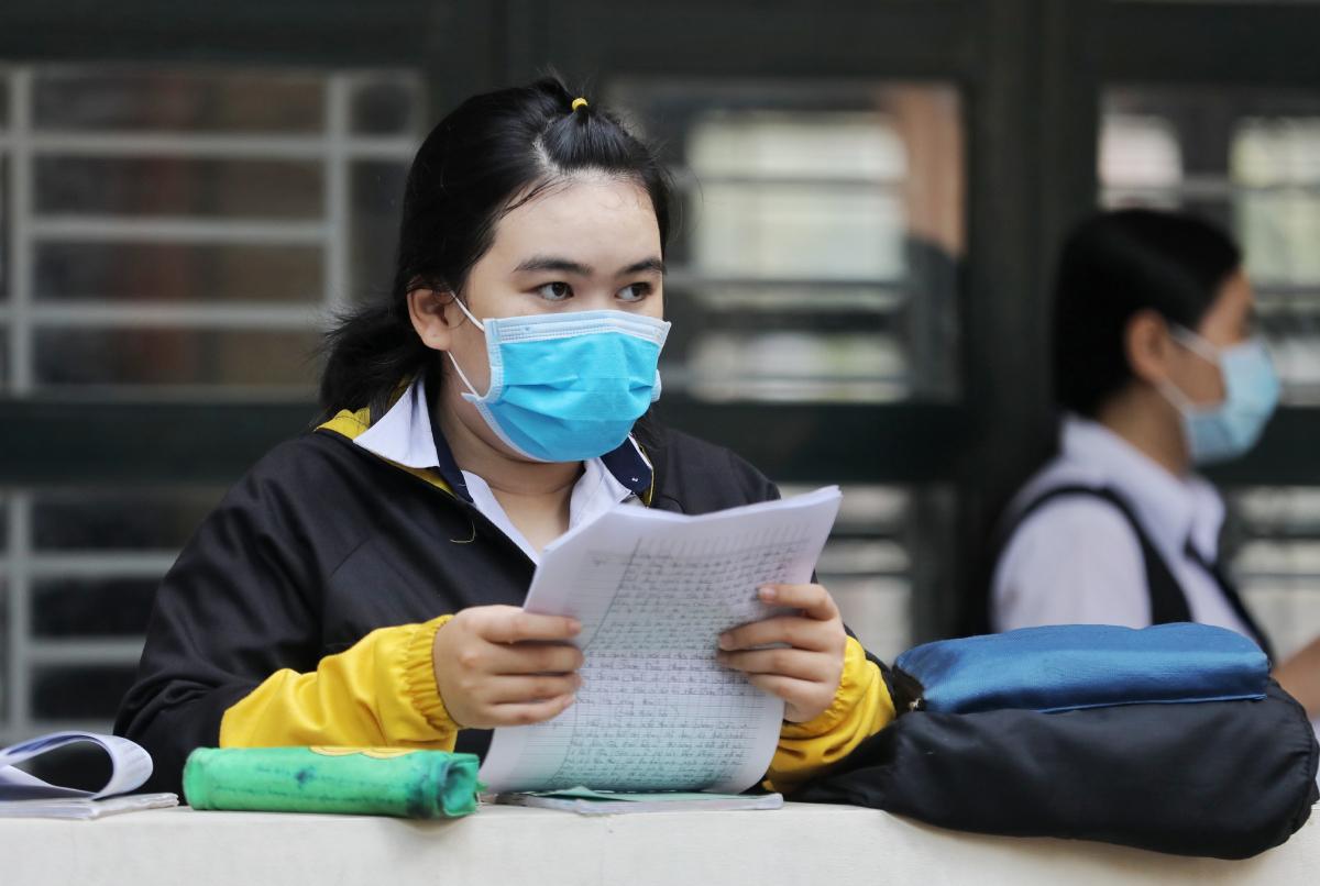 Thi sinh ôn bài trước giờ thi Văn, kỳ thi tốt nghiệp THPT tại điểm thi trường THPT Nguyễn Hữu Huân, TP HCM tháng 8/2020. Ảnh: Quỳnh Trần.