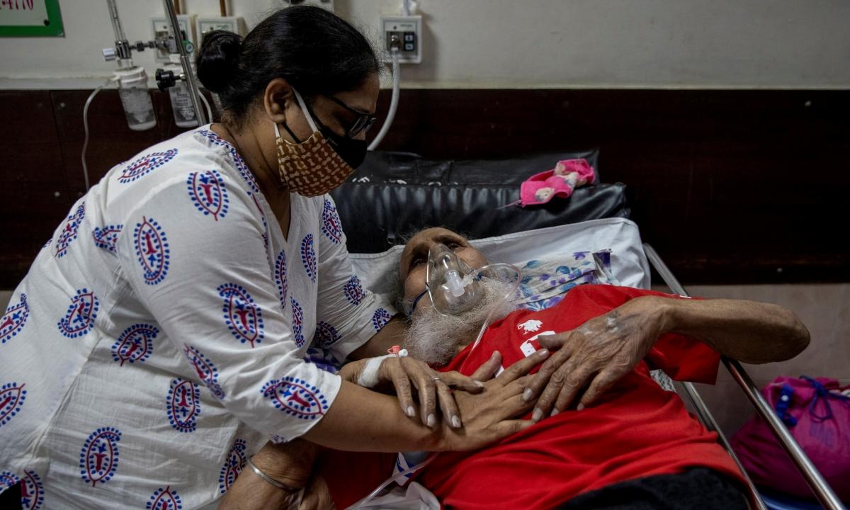 Người thân chăm sóc cho một bệnh nhân Covid-19 ở New Delhi ngày 1/5. Ảnh: Reuters.