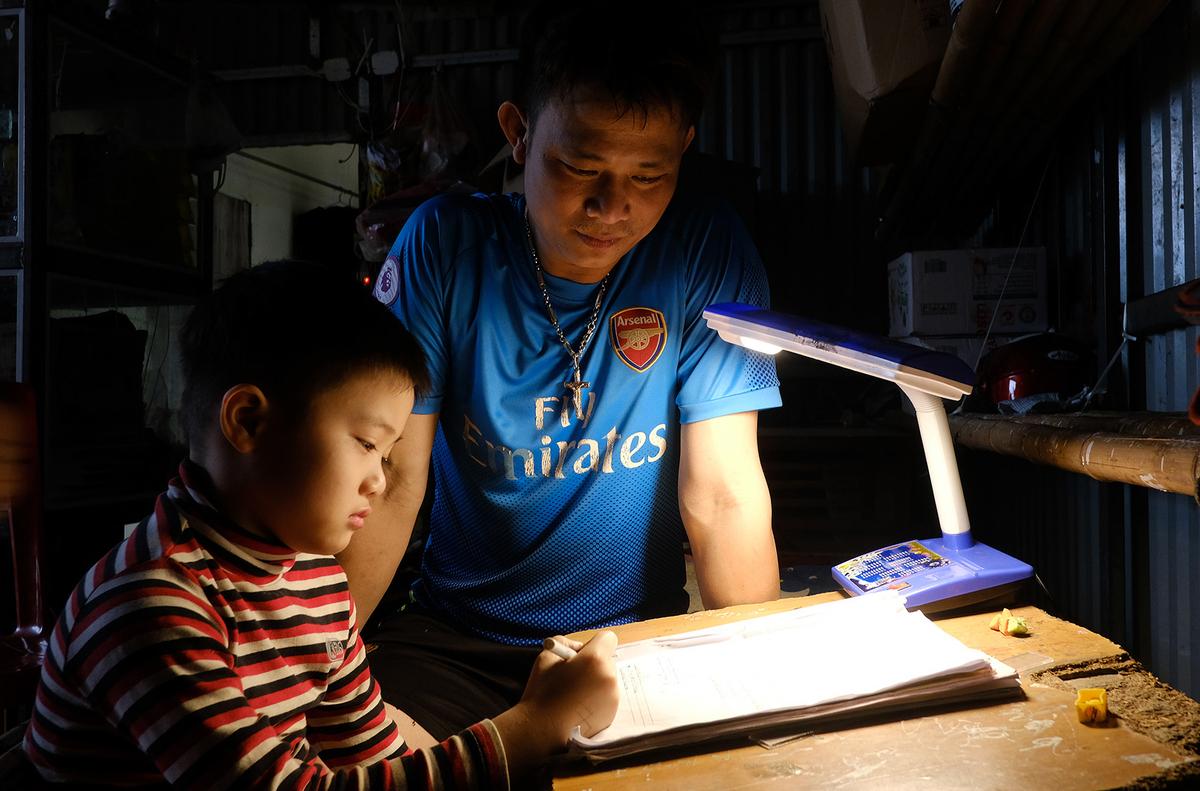 Học sinh tại xã Sơn Lôi, Vĩnh Phúc, học tại nhà trong thời gian xã bị phong toả. Ảnh: Giang Huy