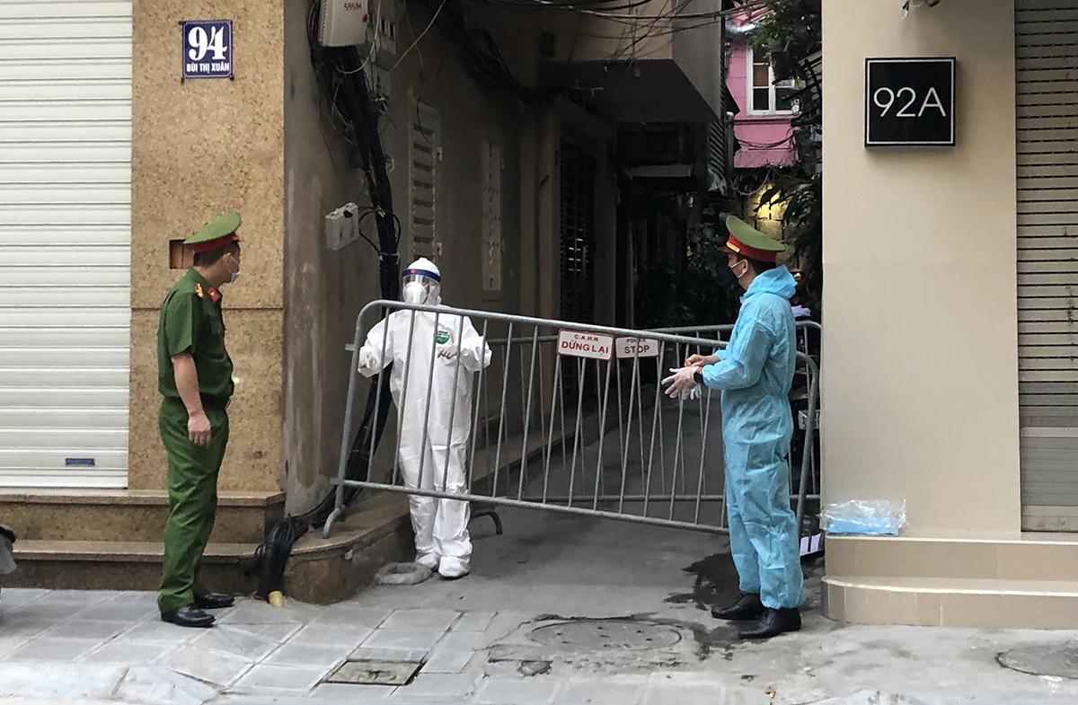 Nhà chức trách dựng rào chắn cách ly ngõ 94 phố Bùi Thị Xuân, quận Hai Bà Trưng chiều 2/5. Ảnh: Đinh Huy.