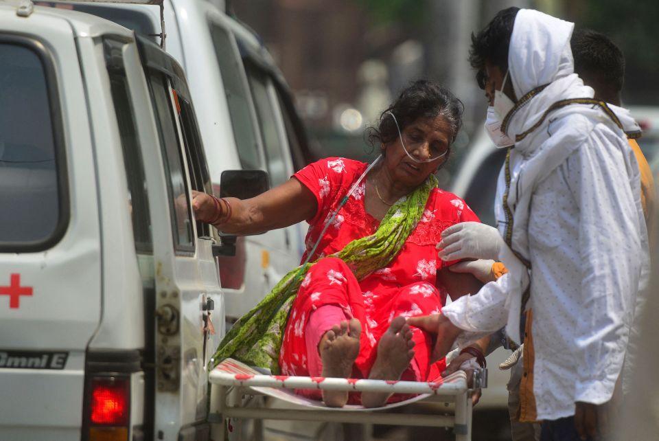 Bệnh nhân Covid-19 được di chuyển đến bệnh viện tại Allahabad, Ấn Độ ngày 29/4. Ảnh: AFP.
