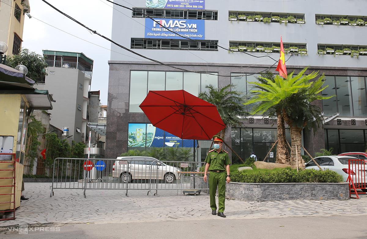 Công an lập chốt kiểm soát ở cổng chung cư Viễn Đông Star chiều 2/5. Ảnh: Tất Định.