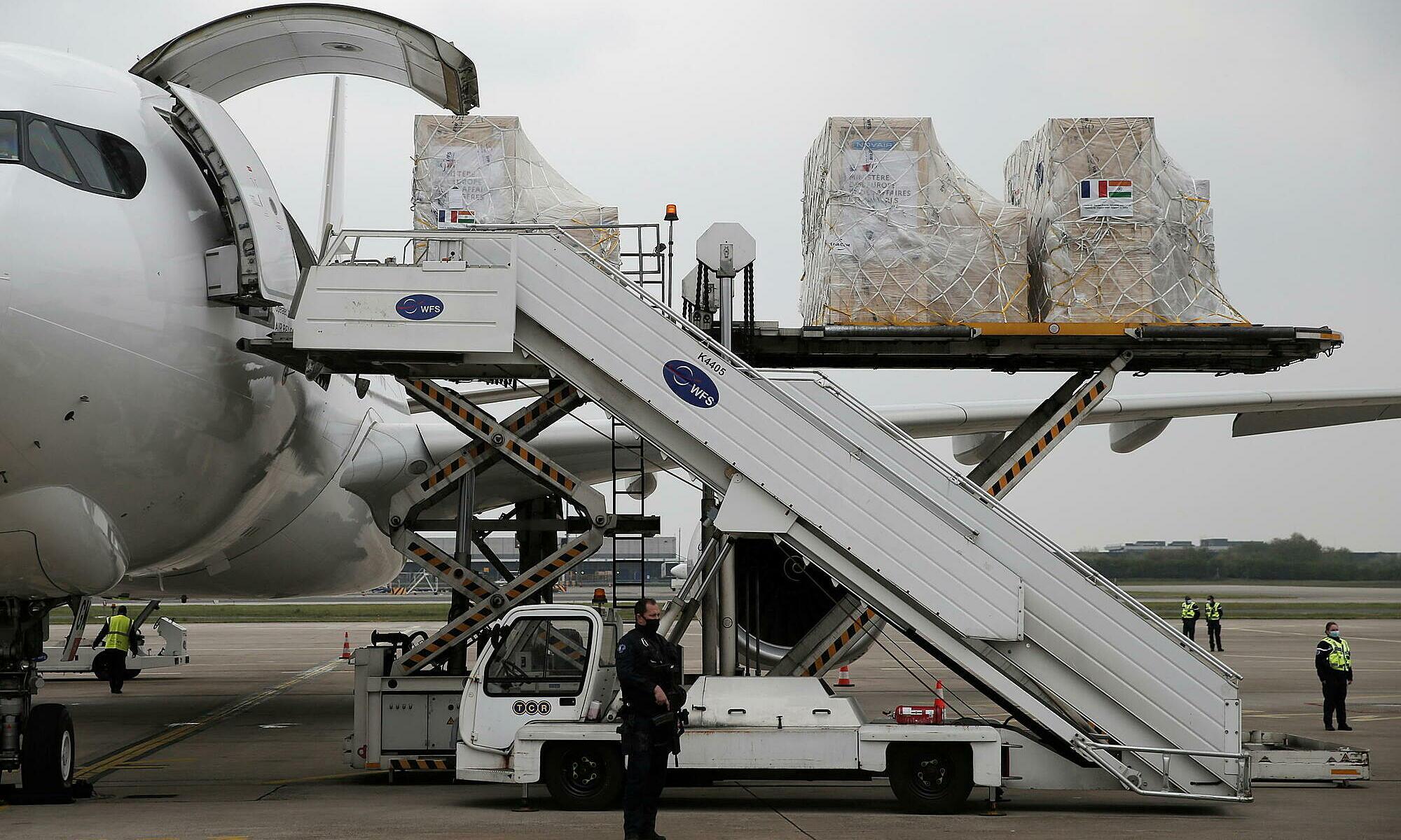 Trang thiết bị y tế được đưa lên máy bay gần Paris, Pháp hỗ trợ ứng phó khủng hoảng Covid-19 ở Ấn Độ vào ngày 1/5. Ảnh: AFP.