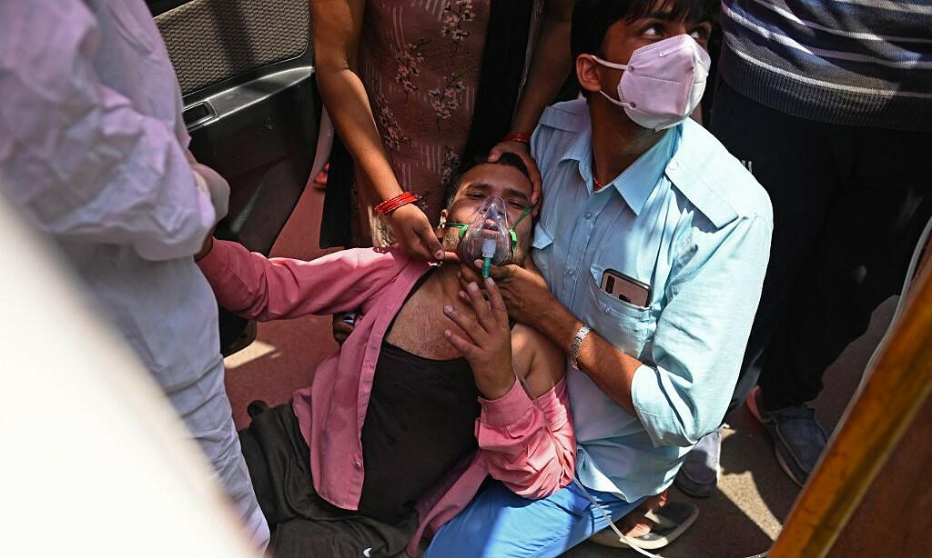 Bệnh nhân Covid-19 Ấn Độ được hỗ trợ thở oxy tại một đền thờ đạo Sikh tại Ghaziabad vào ngày 26/4. Ảnh: AFP.
