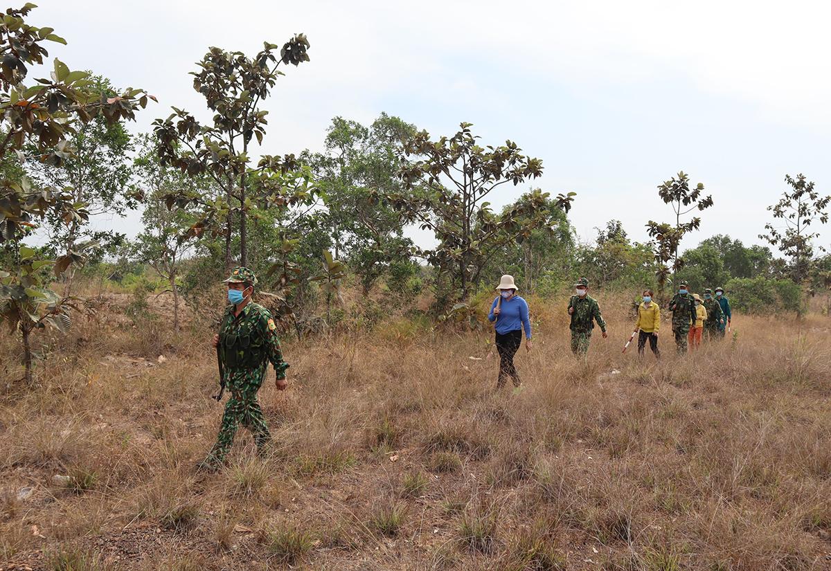 Lực lượng vũ trang tỉnh Bình Phước tuần tra trên tuyến biên giới tháng 4/2021. Ảnh: Thái Hà