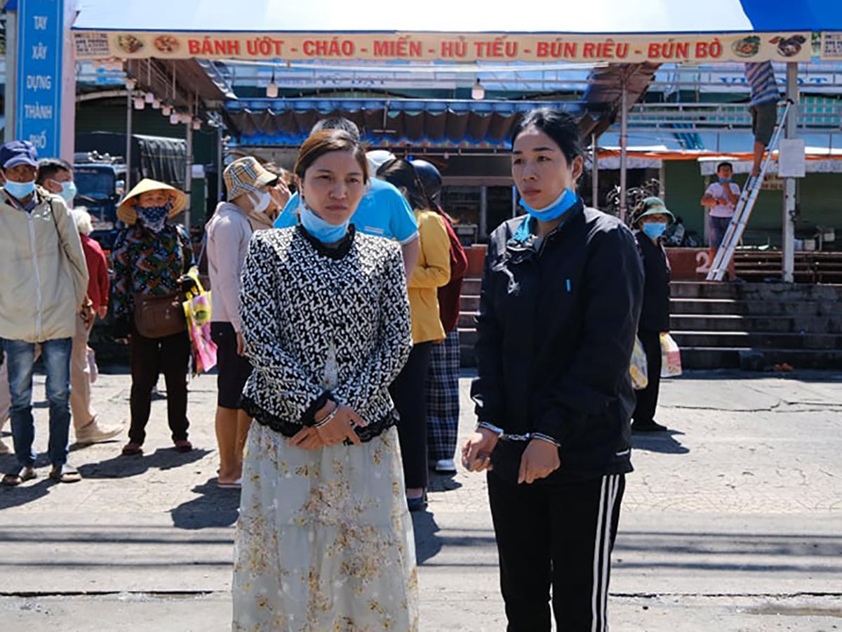 Hai nữ quái được đưa ra chợ đêm thực nghiệm lại điều tra. Ảnh: Khánh Hương