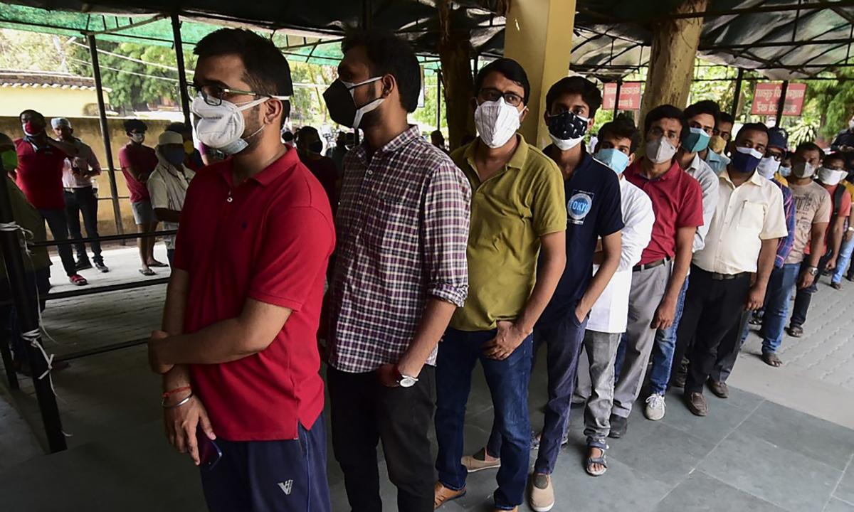 Dân Ấn Độ xếp hàng chờ tiêm vaccine Covid-19 tại trung tâm tiêm chủng ở thành phố Prayagraj ngày 1/5. Ảnh: AFP.