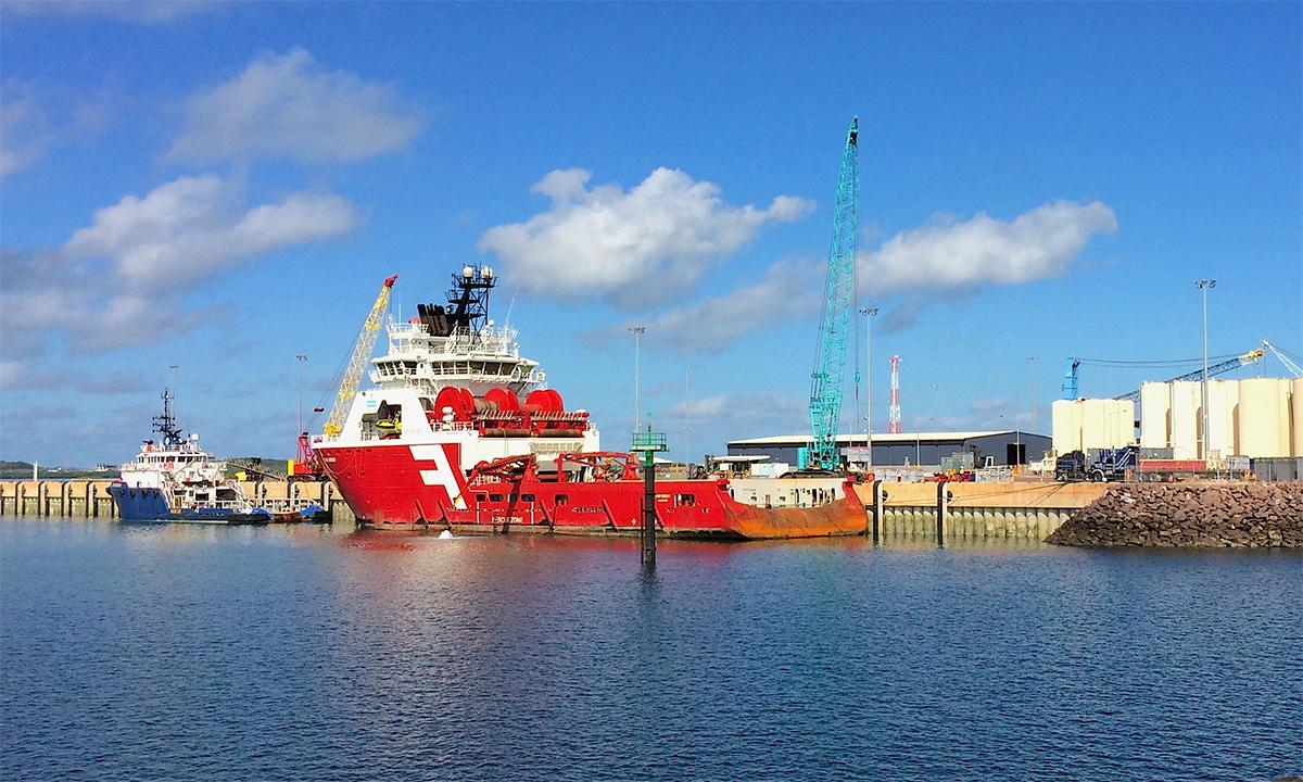 Tàu hậu cần phục vụ giàn khoan khí đốt ngoài khơi đậu tại cảng Darwin, miền bắc Australia, tháng 4/2017. Ảnh: Reuters.