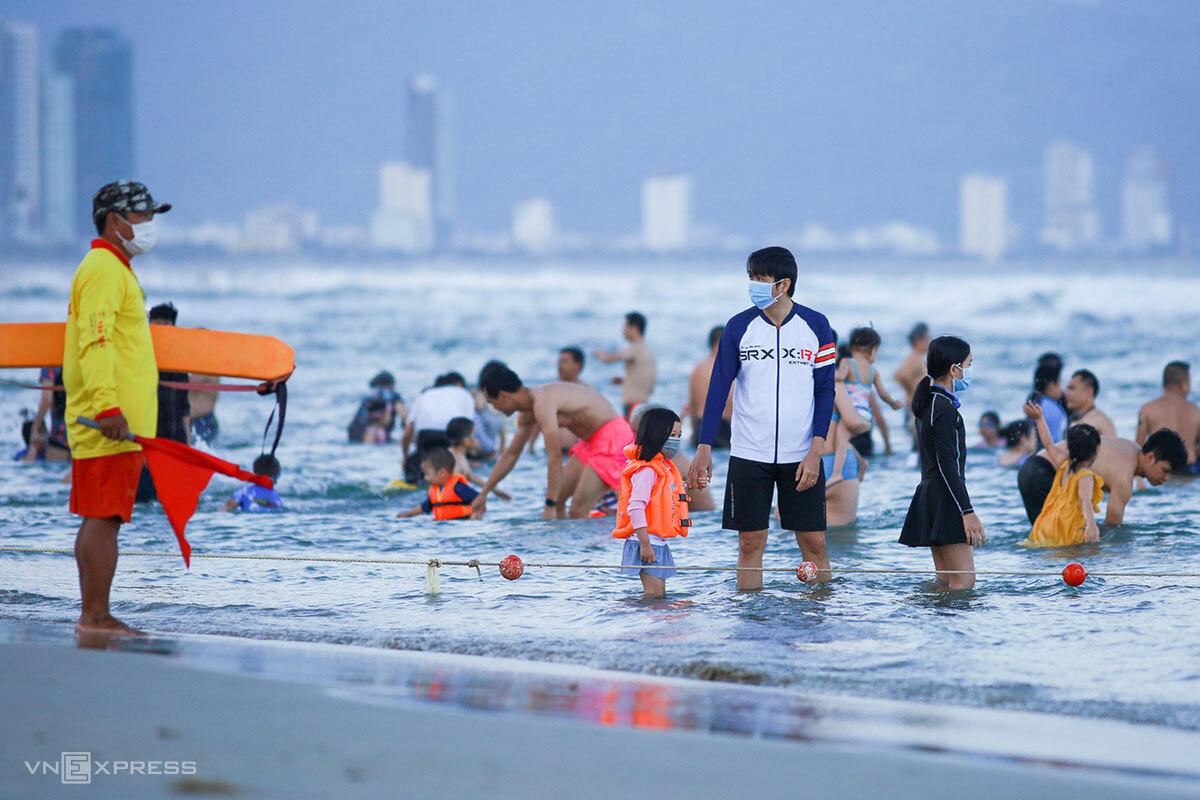 Thành phố Đà Nẵng dừng tắm biển và các hoạt động đông người. Ảnh: Nguyễn Đông.