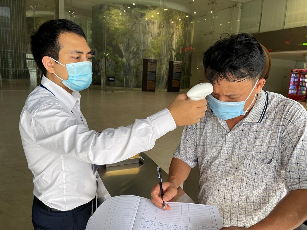Khách du lịch tham quan Bảo tàng Quảng Ninh hồi cuối tháng 4, buộc thực hiện đeo khẩu trang, khai báo y tế. Ảnh: Minh Cương