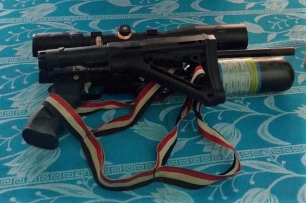 Khẩu súng hơi tự chế của nhóm Dũng đã bị thu giữ. Ảnh: Công an cung cấp.