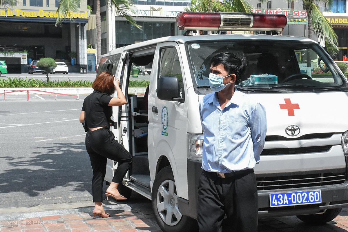 Nhân viên nhà hàng For You (áo đen) được đưa lên xe đi cách ly tập trung. Ảnh: Nguyễn Đông.