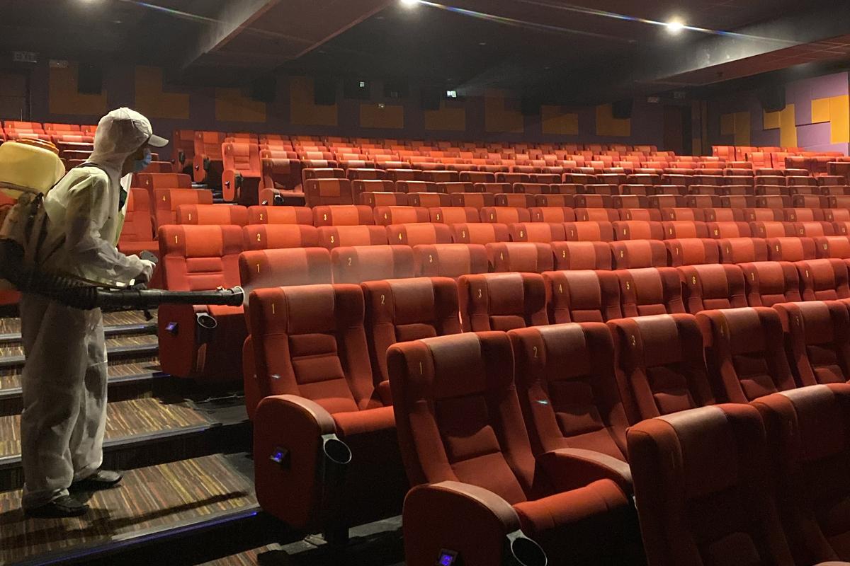 Rạp chiếu phim ở TP HCM được khử khuẩn phòng dịch hồi tháng 5/2020. Ảnh: Quỳnh Trần.
