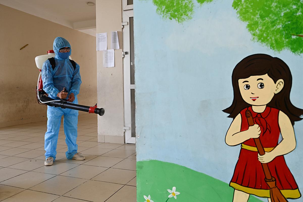 Khuôn viên trường Tiểu học Xuân Phương được phun khử khuẩn sau khi trở thành khu cách ly tập trung của 56 học sinh, hôm 14/2. Ảnh: Giang Huy.