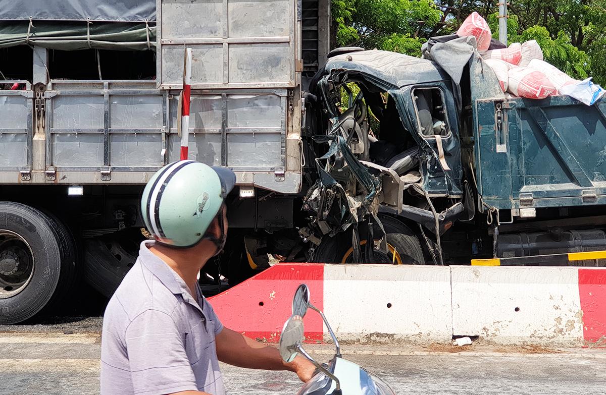Đầu xe chở ximăng biến dạng, mắc kẹt ở đuôi xe tải sau cú tông. Ảnh: Trường Hà.