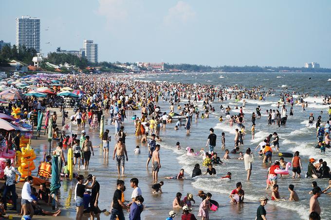 Người dân và du khách tắm ở biển Bãi Sau, TP Vũng Tàu, tỉnh Bà Rịa - Vũng Tàu, chiều 30/4. Ảnh: Trường Hà