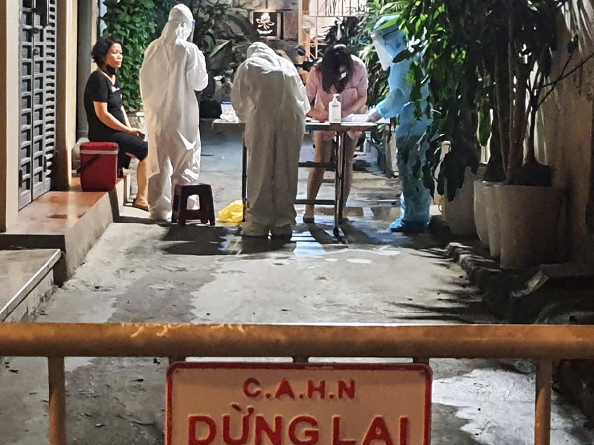 Nhân viên y tế điều tra dịch tễ tại ngõ 94 phố Bùi Thị Xuân, quận Hai Bà Trưng tối 2/5. Ảnh: Võ Hải.
