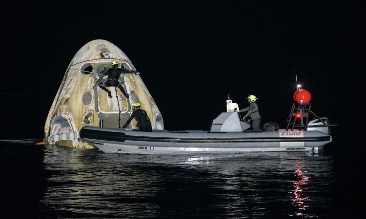 Nhân viên SpaceX thu hồi tàu Crew Dragon. Ảnh: NASA.