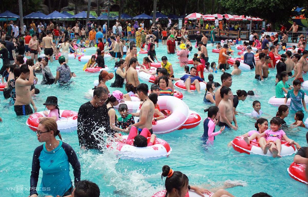 Khách tắm tại Công viên nước Đầm Sen ngày 1/5. Ảnh: Tâm Linh.