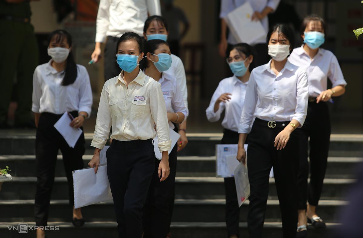 Học sinh Quảng Nam đeo khẩu trang khi đến trường phòng chống Covid-19. Ảnh: Đắc Thành.