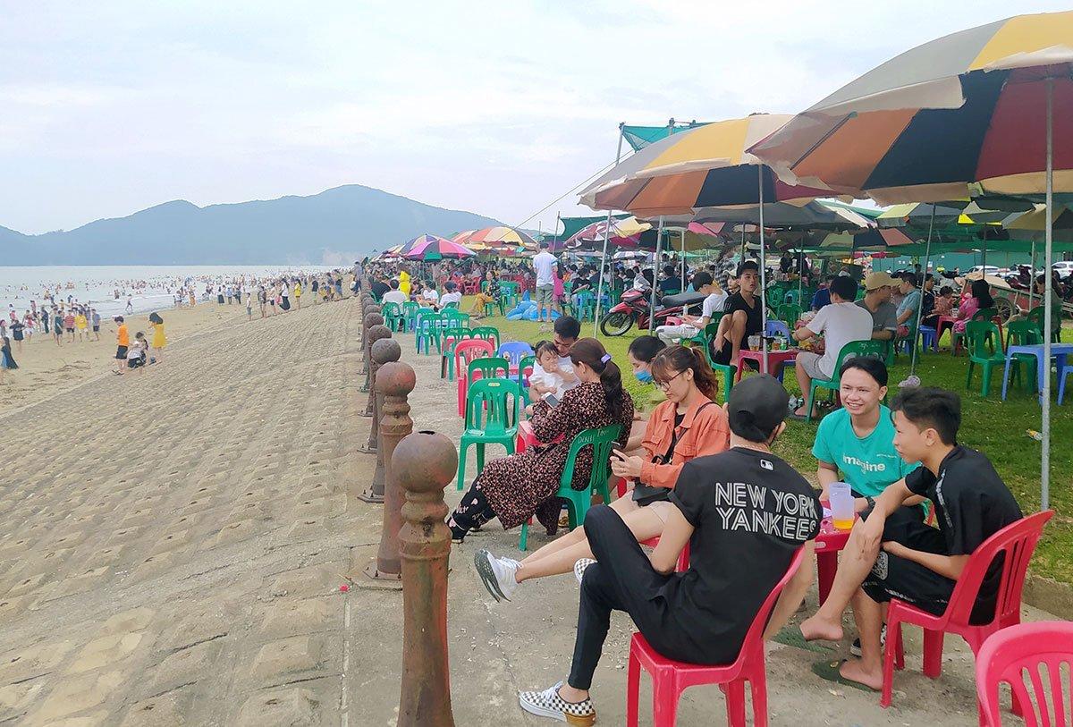 u khách không đeo khẩu trang khi ngồi uống nước, hóng gió bên bờ biển Xuân Hải, huyện Lộc Hà, chiều 2/5. Ảnh: Hùng Lê