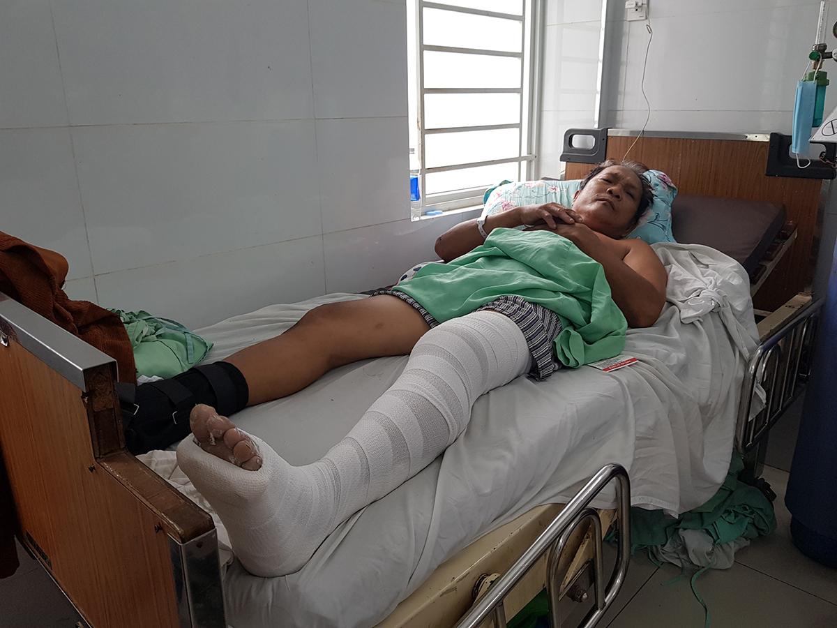 Ông Thuận được điều trị tại bệnh viện Chấn thương chỉnh hình, quận 5 sau khi nhảy xuống từ chung cư cháy, sáng 3/5. Ảnh: Đình Văn.
