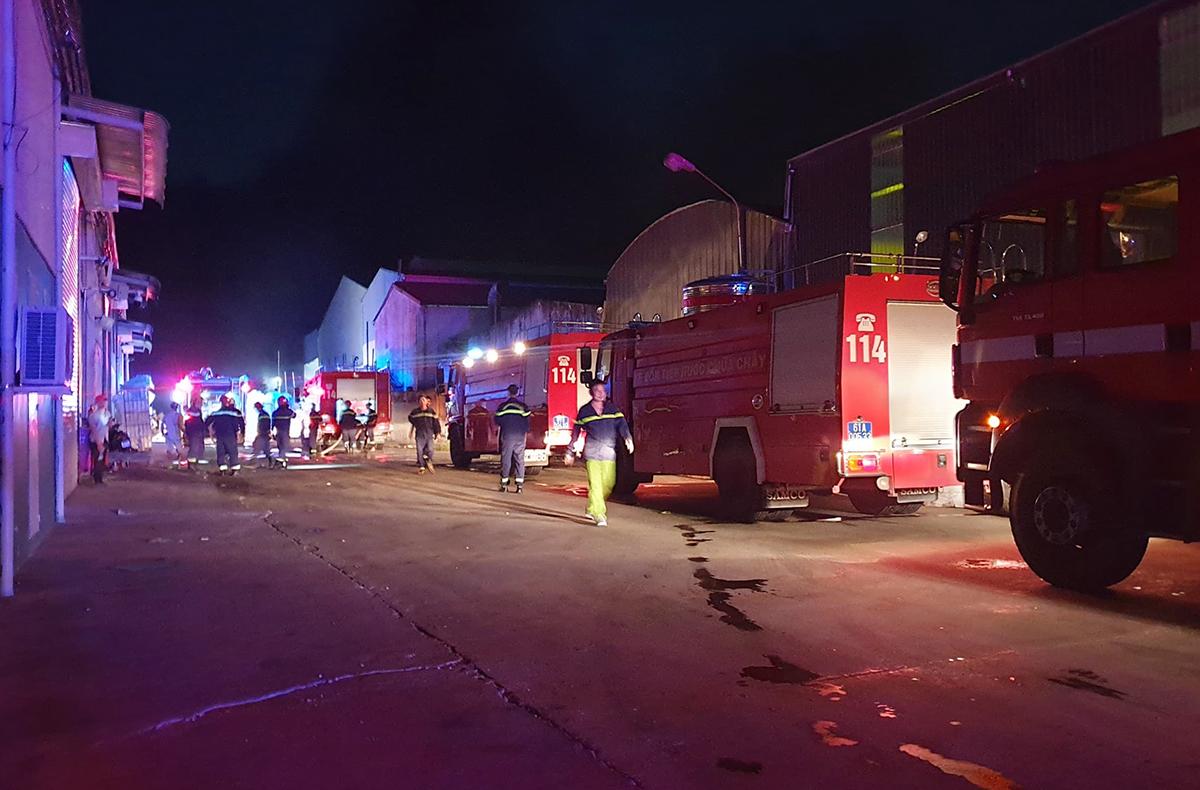 Cảnh sát Bình Dương điều 13 xe chữa cháy đến dập lửa. Ảnh: Yên Khánh