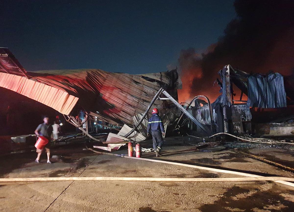 Nhà xưởng rộng hơn 1000 m2 bị cháy rụi. Ảnh: Yên Khánh