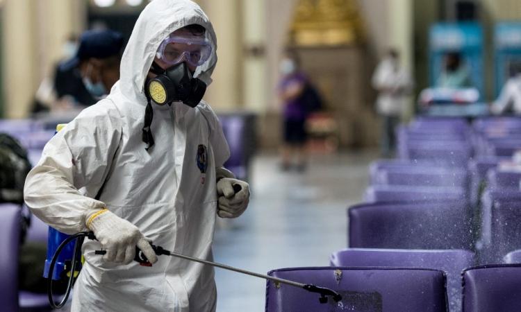 Nhân viên y tế Thái Lan phun khử trùng tại ga Hua Lamphong, Bangkok, hôm 1/5. Ảnh: AFP.