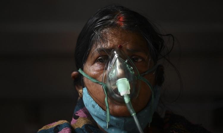 Bệnh nhân Covid-19 Ấn Độ thở oxy tại đền Gurdwara, Ghaziabad, bang Uttar Pradesh, hôm 2/5. Ảnh: AFP.