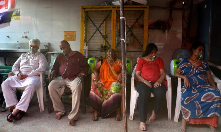 Các bệnh nhân Covid-19 xếp hàng thở oxy bên ngoài ngôi đền Gurdwara, New Delhi, Ấn Độ, hôm 1/5. Ảnh: AP.