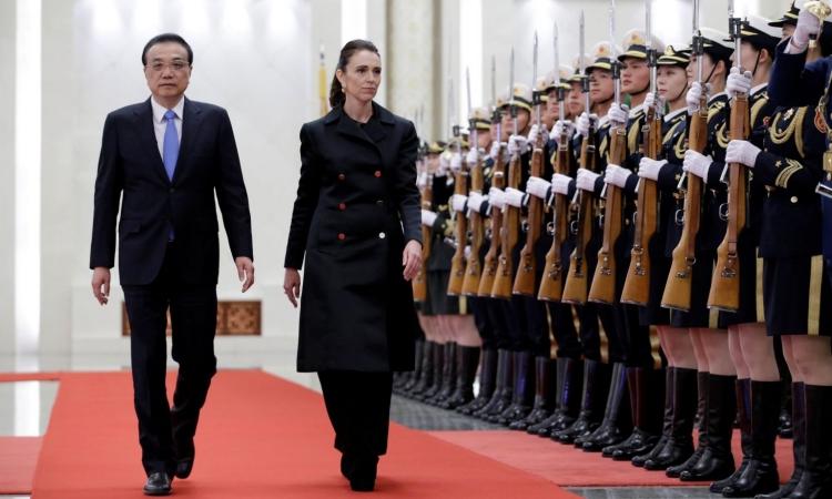 Thủ tướng New Zealand Jacinda Ardern (phải) và Thủ tướng Trung Quốc Lý Khắc Cường tại Đại lễ đường Nhân dân ở Bắc Kinh hồi tháng 4/2019. Ảnh: Reuters.