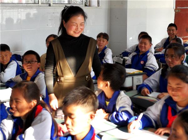 Liu Fang tương tác với học sinh sau giờ học tại một trường ở thành phố Quý Dương, tỉnh Quý Châu, tháng 3/2019. Cô trở thành nhà tư vấn tâm lý cho học sinh sau khi mất đi thị lực. Ảnh: China Daily.