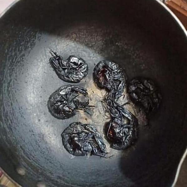 Tôm rang cháy đen.