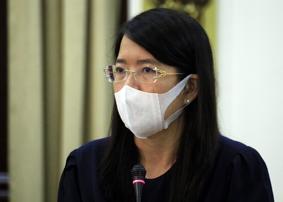 Giám đốc Sở Du lịch Nguyễn Thị Ánh Hoa báo cáo tại cuộc họp. Ảnh: Hữu Công.