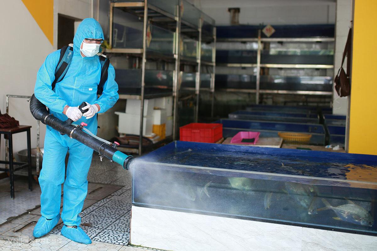 Nhân viên y tế phun khử khuẩn tại nhà hàng For You biển. Ảnh: Nguyễn Đông.