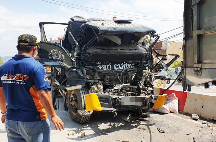 Hiện trường vụ tai nạn giữa hai xe tải trên phố Long Hiệp, thị trấn Long Điền tỉnh Bà Rịa-Vũng Tàu sáng 3/5 khiến hai người trên cabin xe tải bị thương nặng. Ảnh: Trường Hà