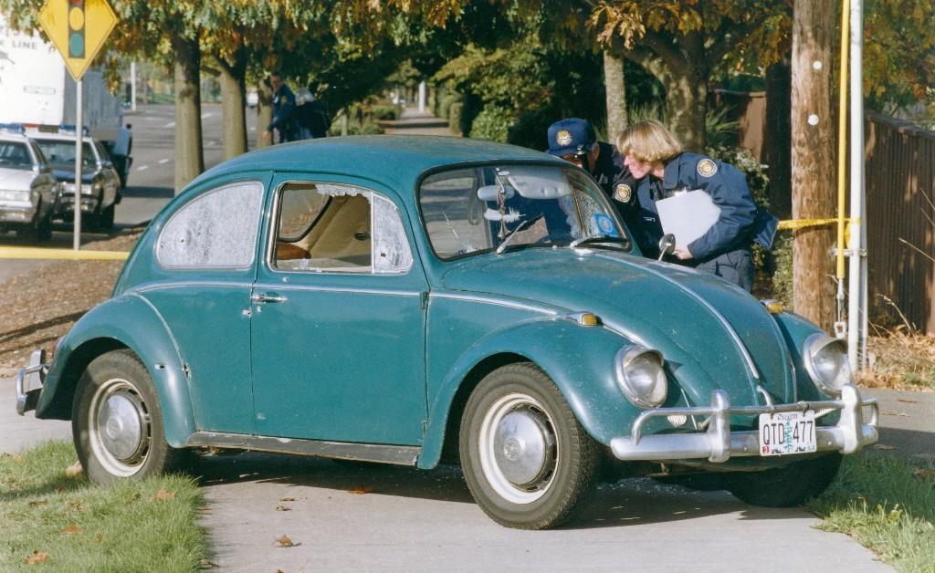 Chiếc xe Volkswagen hứng mưa đạn từ kẻ sát nhân. Ảnh: The Oregonian.